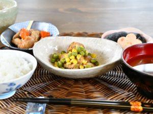 ・鶏のハーブ焼きコーンとグリンピース ・人参とさつま揚げの煮物 ・花しんじょうの煮合わせ
