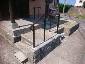 玄関外の階段に手すり取り付け